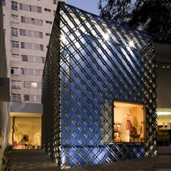 Brazilian architect Marcelo Alvarengo designed the new Coven store in Sao Paulo. The brand sells knitted goods, represented on a metallic mesh wrapping the building. Knitted installations decorate the interior.