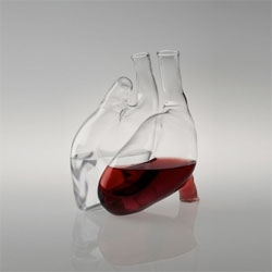 Curoe, two glass carafes shaping a human heart when joined together designed by Liviana Osti.