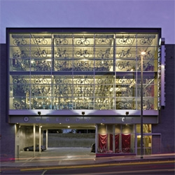 Weinstein A U designed the new building for Gregg's Cycles to be a pure neutral container that highlights the bicycle.