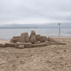 A fantastic 3D graffiti artwork by artist Daim, built from sand on the german north sea island Föhr. 6 hours to build, 30 minutes to destroy.