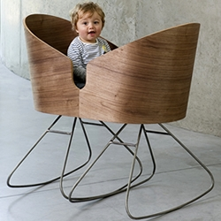 Dimdim, a multifunctional solution that combine two rocking chairs and a cozy baby cradle created by the Belgian designer Lisse Van Cauwenberge.