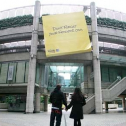 To raise awareness of the Post-it Brand's 30th anniversary, a giant 5m x 5m Post-it Note has been installed near London's Liverpool Street station. It announces the launch of a promotional Facebook game. By Profiero London.