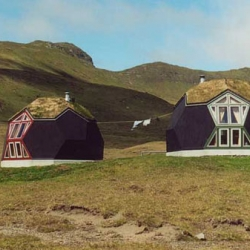 Echoing the structures of Buckminster Fuller's Geodesic Domes, Danish Architect Kári Thomsen and Engineer Ole Vanggaard have created Easy Domes, a series of quick assembly, low-energy homes!