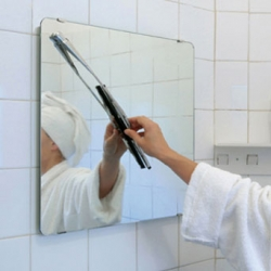 spejo con Limpiaparabrisas is a mirror with wiper that allows you to clean the vapor after the shower.