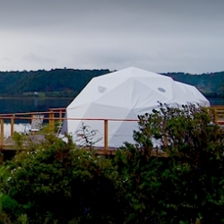 Chiloé Domos has four exclusive panoramic dome rooms, located on spacious wooden platforms, it has been designed to provide an experience of comfort and fantasy that allows an intimate contact with nature.