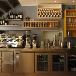 Café Federal is a new café – lunch spot – restaurant – bar which opened this week on Calle Parlament 39, xaflán with Comte Borrell, near the old Sant Antoni market building.