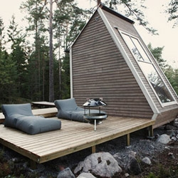Built overlooking a lake in Finland, this Micro Cabin nicknamed 'Nido' was designed and built by Robin Falck.