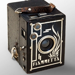 The Fiammetta Camera is a splendid, black parallelepiped, perfect for catching clouds. Its metallic body hides a yellow filter that highlights contrasts in the sky when the weather turns rough.