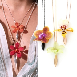 Fleurings designed by Samantha Lockwood! Lovely necklaces, earrings, and hair pieces that hold fresh flowers.