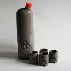 A ceramic set for serving schnaps or liqueur from Fenke Schwan. There are imprints of a little deer on the flask and glasses. These detailed imprints are unglazed for contrast.