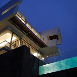 "Lefevre Beach House. ""Where the desert meets the ocean"", a house at Punta Misterio. Cañete-Perú. LONGHI ARCHITECTS."