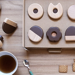 Frolle, the delicious cookie wall hooks by Italian designer Andrea Brugnera.