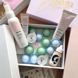 Glossier - a close up look at the Limited Edition Mask Duo and Phase 1 Set. The packaging and attention to detail is fantastic. Inspired by chocolate boxes they make it all look and feel so... special!