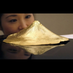 In time for bad economy and rising inflation, Japanese jewelery maker Ginza Tanaka is making a pure gold artifact shaped as Japan's Mount Fuji for your investment choice!