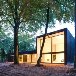 Named House KvD, this modern building rests between the trees of Teteringen forest (southern Netherlands) and it was designed by Grosfeld Van der Velde Architects.