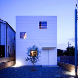 This house in the Osaka Prefecture Sakai City of Japan was built as a single family residence for three by Coo Planning. It is located in a quiet residential neighborhood near the old Hamadera Suwanomori tram station.