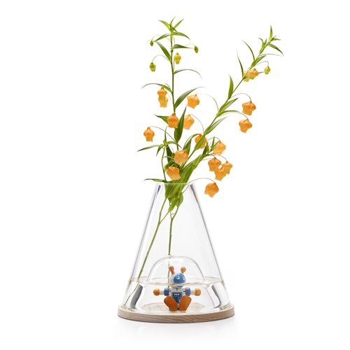 Ontwerp Duo Bell Jar Vase is made from a single piece of glass. Available in two versions, this vase – blown by mouth, handmade – provides a home for cut flowers or a plant while the open space below becomes a display case.
