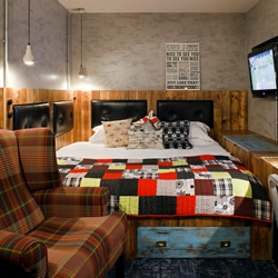 London's super-cool luxury/budget Hoxton Hotel has recently tasked 3 designers – namely Project Orange, Suzy Hoodless and Adrian Kilby – to work their magic on 3 new rooms, all with 'East London' as a theme.