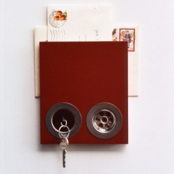 Cool idea, for all of us who just can't find the keys... Original design to put your mail and hang your keys.
