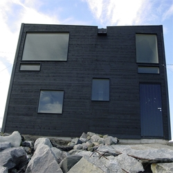 This small hotel made by Sami Rintala in the North East Norway, houses just a single room, a double room and a lobby for sailors, fishers, hunters, backpackers and fortune-seekers. Small and useful.