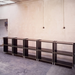 Berlin based engineer Martin Borgs created the KIRU-system. This shelvesystem comes in extremely flat packages but is very stable when its built up.