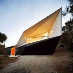 Anyone for living in a Möbius strip? The Klein Bottle House by McBride Charles Ryan Architects, located in Rye, Australia, is just about the last word in rad houses...