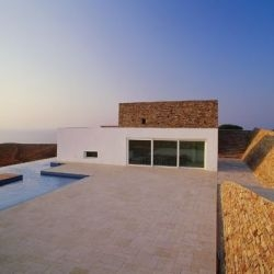 Kratir House, by Deca Architecture, is located on the island of Antiparos in the Cyclades. Modern Aegean architectural gorgeousness at it's best. And.... it's for rent.