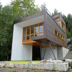 Seattle's Hutchison & Maul Architects designed this Washington State lake house.