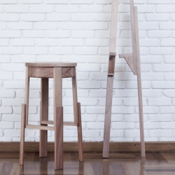 Jabuticasa Banco de Bar - Le Clerc. A bar stool that is a stool on stilts.