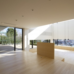 House on the Bluff is located in Yokohama, Japan, designed by Edward Suzuki Architecture.