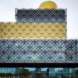 The Library of Birmingham is a transparent glass building overlooking Centenary Square, the largest public square in the heart of Birmingham. The library's internal space invites to look upward, following the long escalators.