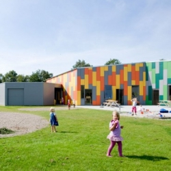 The Lucinahaven kindergarten is divided into 6 small sections each with its own graphic theme. These sections form a geometric hexagonal system, which together form a daisy. By Danish architects Cebra, who were also behind #18981