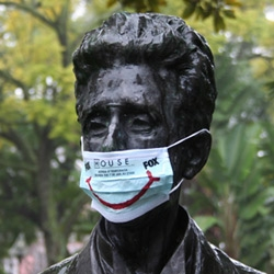 In order to communicate FOX's 4th Season of House in Portugal, several statues were covered with medical masks containing the info about the premiere.