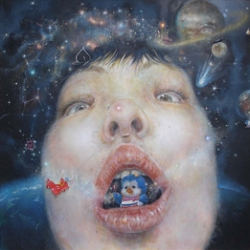 Matsui's self portraits incorporate seemingly irrelevant motifs such as toys, cosmos, mushrooms and such. Including herself, all the motifs are depicted as if they are something other than themselves, leaving powerful impressions to viewers.
