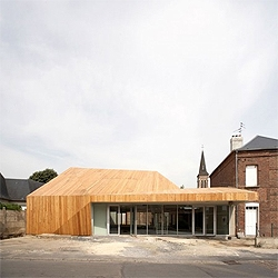 TANK designed the new Proville Mediatheque in France. A faceted wooden volume that blends with the traditional surrounding buildings.