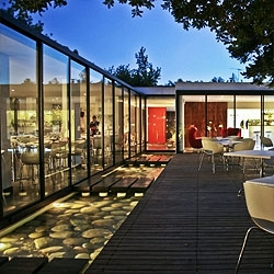Mercat Restaurant in Santiago de Chile, by 01ARQ. A reconversion of a 60s house, organized around a glass strip envolving the central patio.