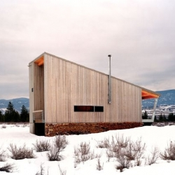 Great and simple cabin from Eggleston Farkas Architects. The roof is designed to match the slope of the surrounding hills while the shape of it allows the snow to easily slide off.