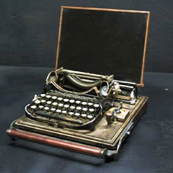 Working SteamPunk styled laptop by Ironworks.