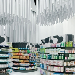 The 256 tubes hang from the centre of the shop, without doubt, the originality of the interior of Conde Lumiares Drugstore designed by Spanish firm Mobil M.