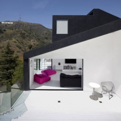 XTEN Architecture's Nakahouse juts out of the lush Hollywood hills like a giant sculpture.