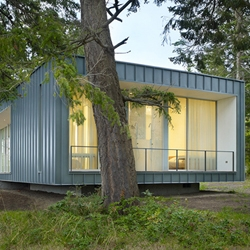 The Seattle based Heliotrope Architects realised this summer residence in their home state Washington.