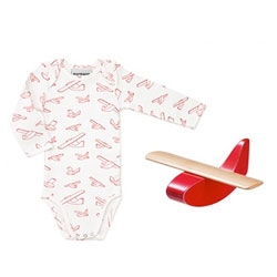 Adorable gift box for newborns with an adorable plane and shirt with plane design designed by Ole Søndergaard and Anne Lehmann.