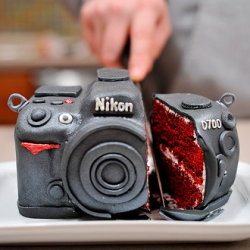 Look this wonderful set of images of Nikon D700 cake. It is a husband's gift to his wife for her birthday. Brilliant idea!