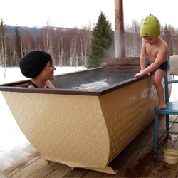 Hikki is an alternative to hot tubs. A wood-fired bathtub made of seawater resistant aluminum. The heat-treated birch that can easily remove when you want to clean the tub. With its light weight and custom design is very easy to move.