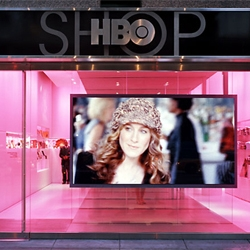 In the HBO Shop, located in New York, the emphasis is on the visit and the brand as much as the purchase.