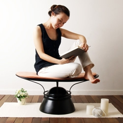 Meditation Everyday from Haeyoen Kim allows the subtle and smooth movement in diverse directions while sitting. The width is suitable for the cross-legged position which is the first step of the meditation.