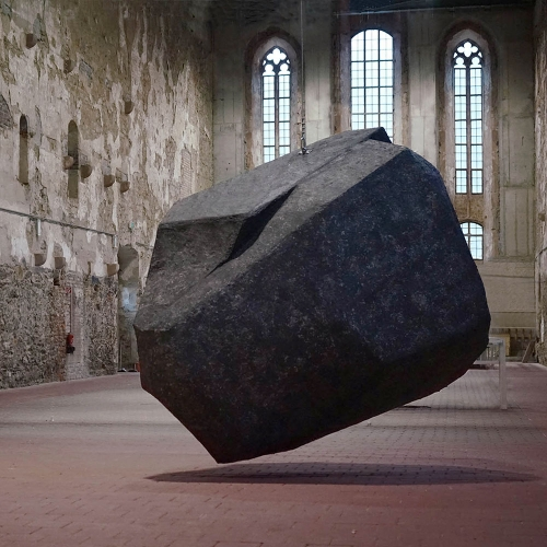 WURF II [throw] is the second phase of the Throw-Project by Anna Borgman and Candy Lenk. The large stone sculpture is hanging on a 13 m long steel cable from the roof truss of the Monastery Church Grimma.