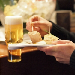 OOW (Out of Work) holds your beer glass, allowing you to carry both dish and glass with just one hand. By Giovanna de Ávila and Joan Sunyol.