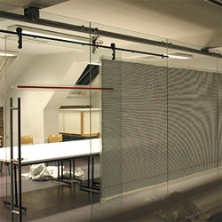 On creative ways to get a little privacy in open work spaces, Rotor uses leftovers of agricultural textile, composed of aluminum, cotton and polyethylene, that were tended with disqualified adhesive tape.