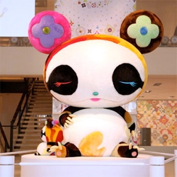 We get a look at the new large size plush toys that Takashi Murakami designed for Louis Vuitton to promote the new Multicolor Spring Pallet product that carries his signature multicolor monogram design.